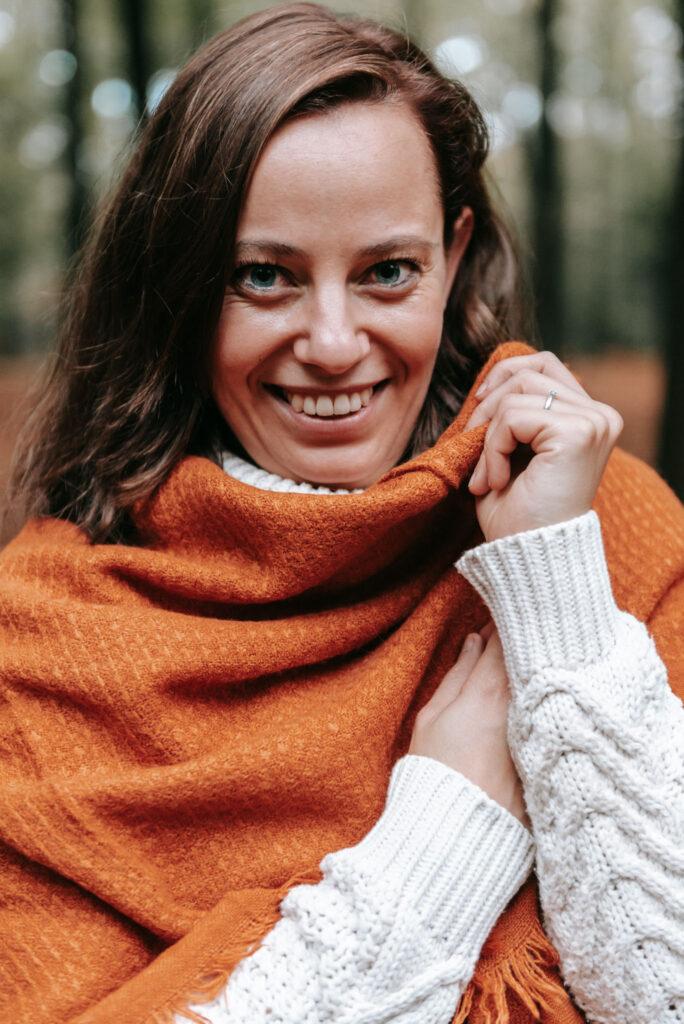 kirsten met oranje sjaal